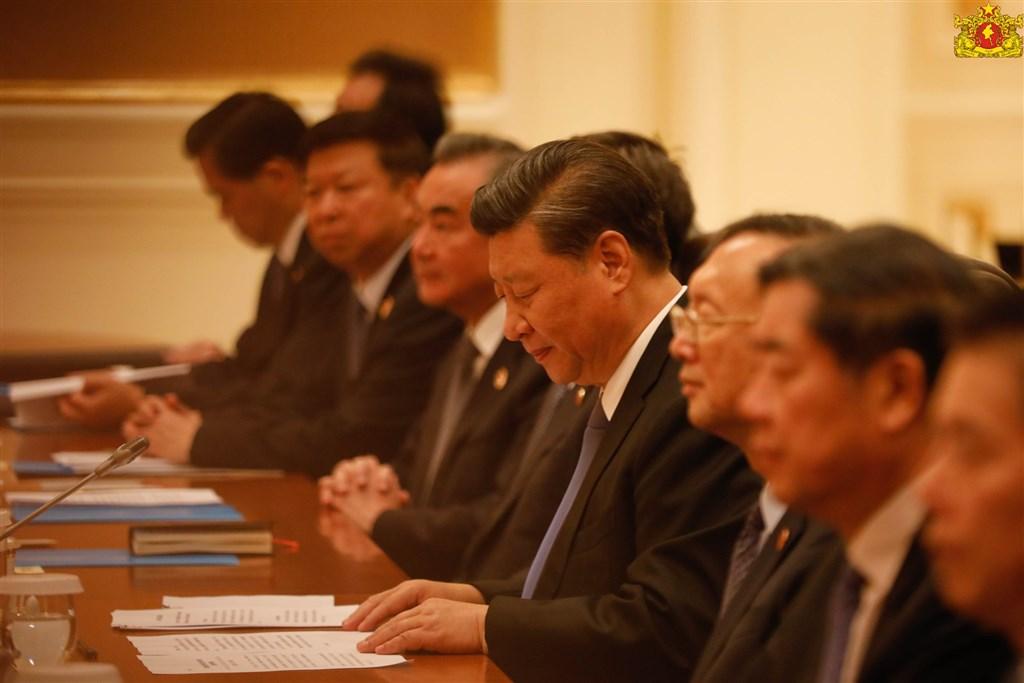 中國國家主席習近平(右4)18日訪問緬甸期間與緬甸簽署的聯合聲明,在台灣議題部分提及:「緬方重申堅定奉行一個中國政策,認為台灣、西藏、新疆是中華人民共和國不可分割的部分」。(圖取自facebook.com/state.counsellor)