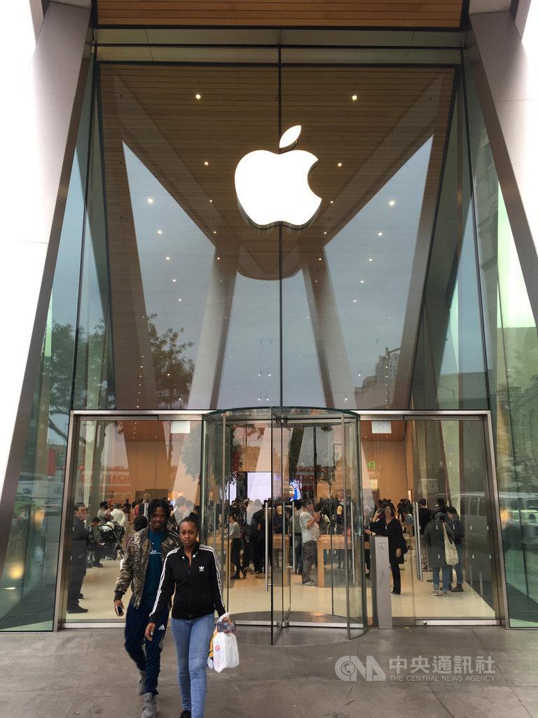 蘋果公司服務等事業日漸壯大,對iPhone依賴減輕,投資人重拾信心,促使蘋果股價一年來翻倍。圖為紐約市布魯克林區的蘋果直營店。中央社記者尹俊傑紐約攝 109年1月18日