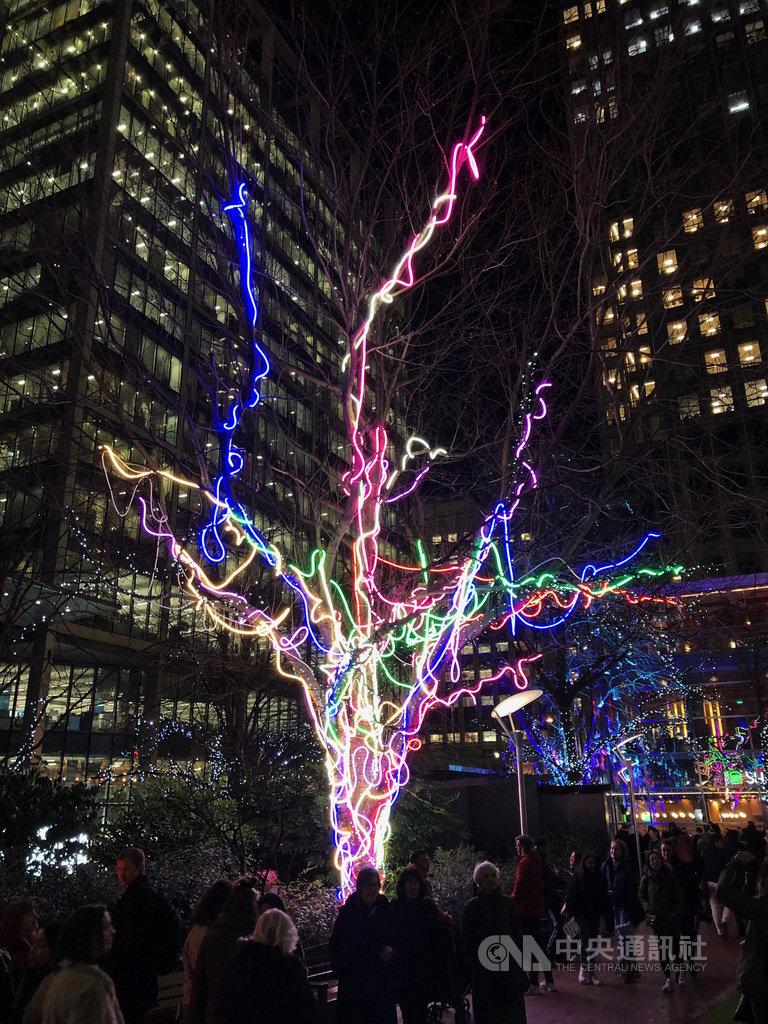 倫敦「冬季光之季」16日揭幕,圖為參展作品霓虹樹。中央社記者戴雅真倫敦攝 109年1月18日