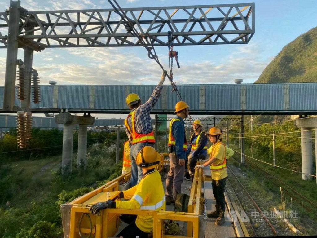 台鐵19日發布新聞稿指出,上千公里的電車線更新,預計年底前全部完成,將可強化行車效率與安全。(台鐵提供)中央社記者汪淑芬傳真 109年1月19日