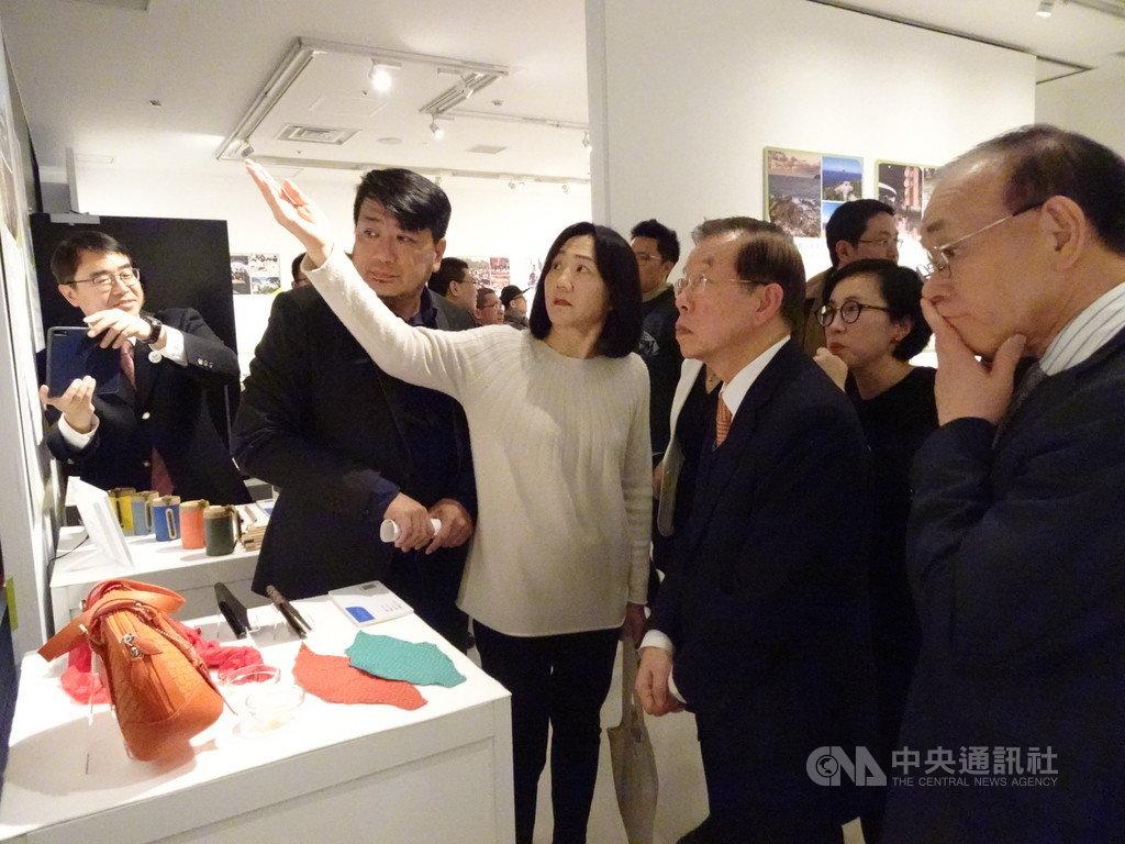 國發會主導的台灣地方創生展正在東京澀谷展出,18日開幕式上,日本台灣交流協會理事長谷崎泰明(右)對各項展品留下深刻印象。中央社記者楊明珠東京攝 109年1月18日