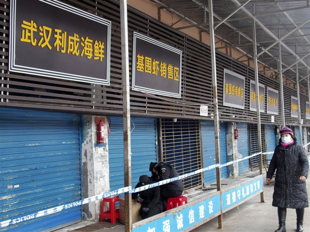 中國武漢爆發新型病毒肺炎疫情,境內確診罹患病例目前有45例,但英國專家估計實際數字可能高達1723例。圖為爆發新型冠狀病毒肺炎的武漢華南海鮮批發市場。(共同社提供)