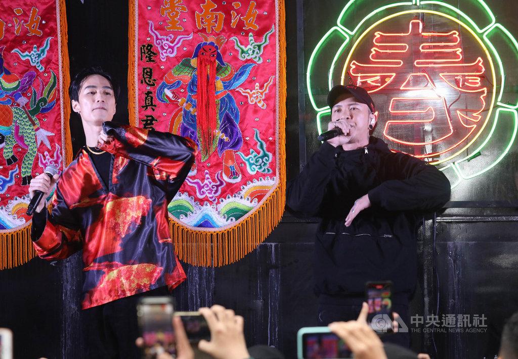 饒舌團體「頑童MJ116」成員小春Kenzy(右)19日在台北松山慈祐宮廟口前廣場舉辦個人EP簽唱會,找來歌手李英宏(左)一起合唱,嗨翻現場歌迷。(本色音樂提供)中央社記者陳秉弘傳真 109年1月19日