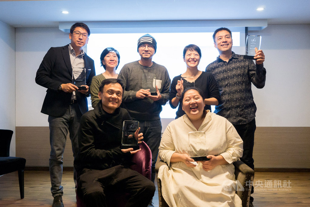 首屆「台灣影評人協會獎」19日在台北舉行頒獎典禮,演員陳以文(前左)、蔡嘉茵(前右)等人出席。中央社記者洪健倫攝 109年1月19日