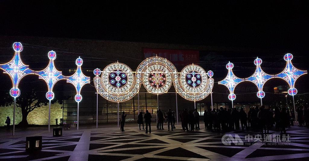 義大利設計師丹尼爾蒙特韋德(Daniel Monteverde)在國美館戶外打造「星座」、「星星的使者」等大型創作,入夜後作品閃閃發亮,相當吸睛。中央社記者鄭景雯攝 109年1月19日