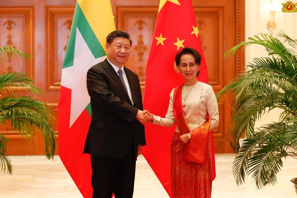中國國家主席習近平(左)訪緬甸,緬甸國務資政翁山蘇姬(右)的官方臉書帳號卻出現緬甸文自動英譯嚴重不雅錯誤,社群媒體龍頭臉書18日致歉。(圖取自facebook.com/state.counsellor)