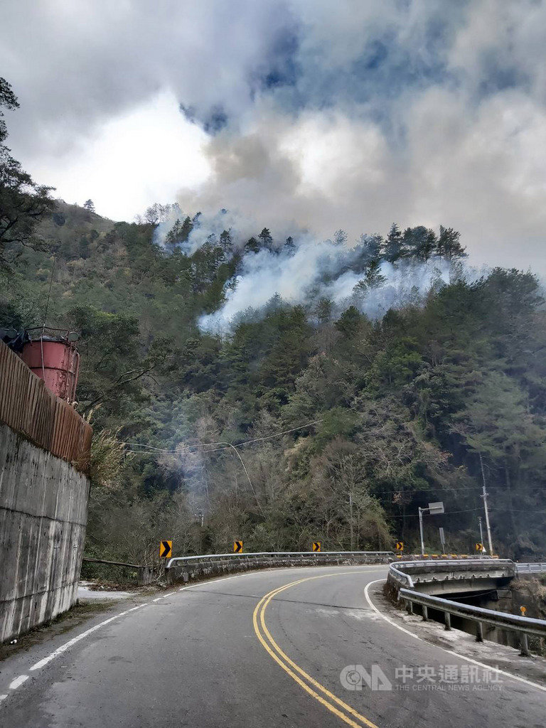 台中市和平區梨山佳陽地區19日發生火燒山,遠處就可看見森林冒出陣陣濃煙,確切的火燒原因有待警消調查釐清。(東勢林管處提供)中央社記者趙麗妍傳真 109年1月19日