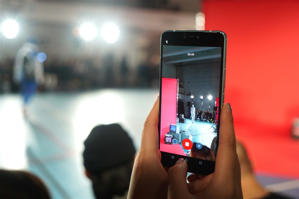 透過手機軟體 AngusReality,HTC U19e智慧型手機可將秀場的服裝經過對位運算而呈現出不同形式的圖像設計。(圖取自HTC論壇網頁community.htc.com)