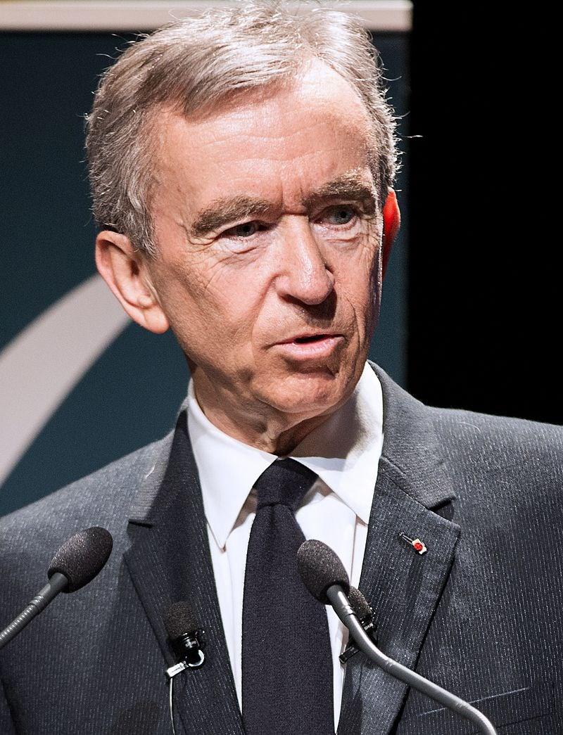 根據財經雜誌「富比世」,亞馬遜公司創辦人兼執行長貝佐斯不再是全球最有錢的富豪,他被路易威登集團執行長阿爾諾(圖)取而代之。(圖取自維基共享資源網頁;作者Jérémy Barande,CC BY-SA 2.0)