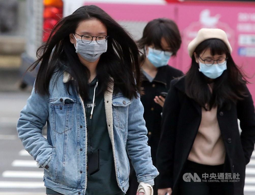 中央氣象局表示,20日白天冷氣團稍減弱,北台灣及宜花高溫略回升,但仍整天涼冷。(中央社檔案照片)