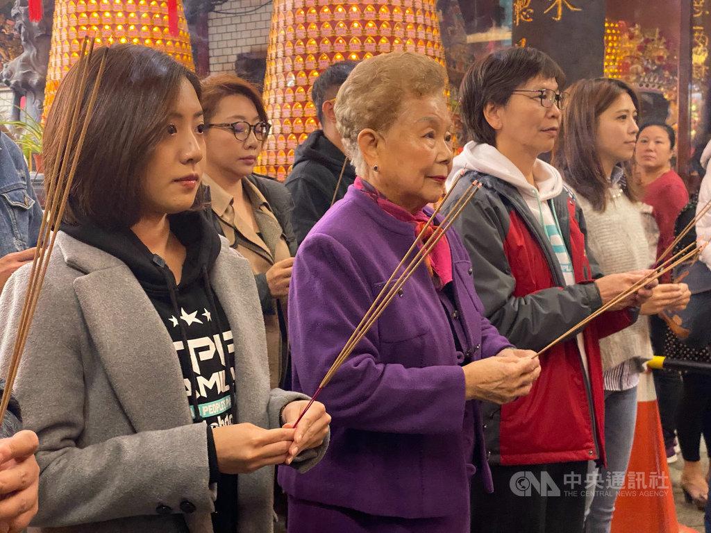 台灣民眾黨準立委蔡壁如(前排左3)20日在黨籍幹部陪同下,與黨主席、台北市長柯文哲的母親何瑞英(前排左2)一同到新竹都城隍廟參拜。中央社記者魯鋼駿攝 109年1月20日