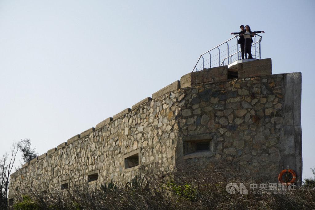 金門縣金沙鎮后扁海灘旁的E42據點,因碉堡造型像一艘戰艦,一般稱為「船型堡」。金門國家公園管理處20日邀民眾春節期間來此暢遊,重現「鐵達尼號」經典畫面。中央社記者黃慧敏攝 109年1月20日