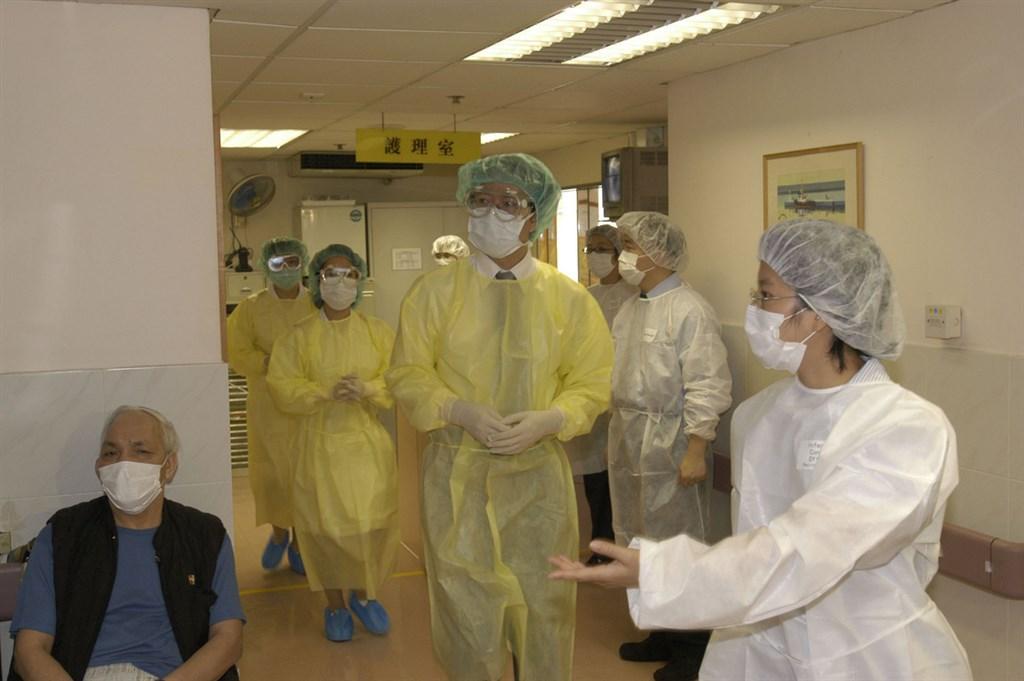 香港當局4日公布啟動預防傳染病的嚴重應變級別,以應付正在中國大陸武漢爆發的不明肺炎;圖為2003年SARS在港爆發時,醫療當局測試預防措施。(港府提供)中央社記者張謙香港傳真 109年1月4日
