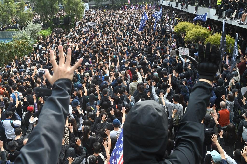 香港民間集會團隊19日下午在中環遮打花園發起「天下制裁」集會,但中途遭港警腰斬終止,隨後引爆警民衝突。(法新社提供)