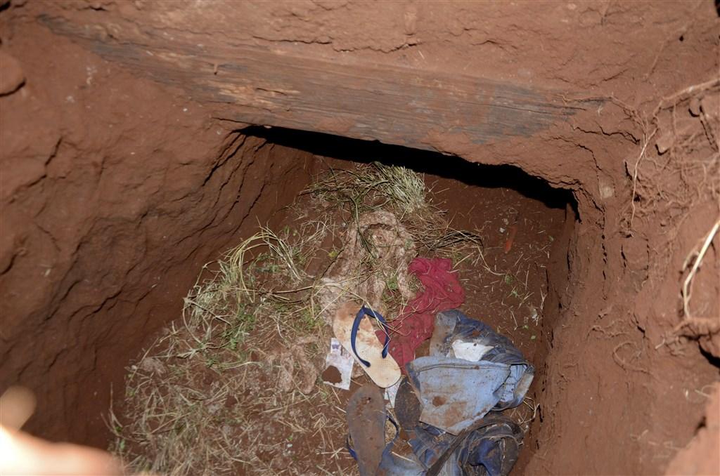 巴拉圭一座監獄19日發生囚犯集體越獄事件,至少75人逃脫,其中包括巴西勢力最大的幫派成員。圖為他們越獄時偷挖的隧道入口。(美聯社)