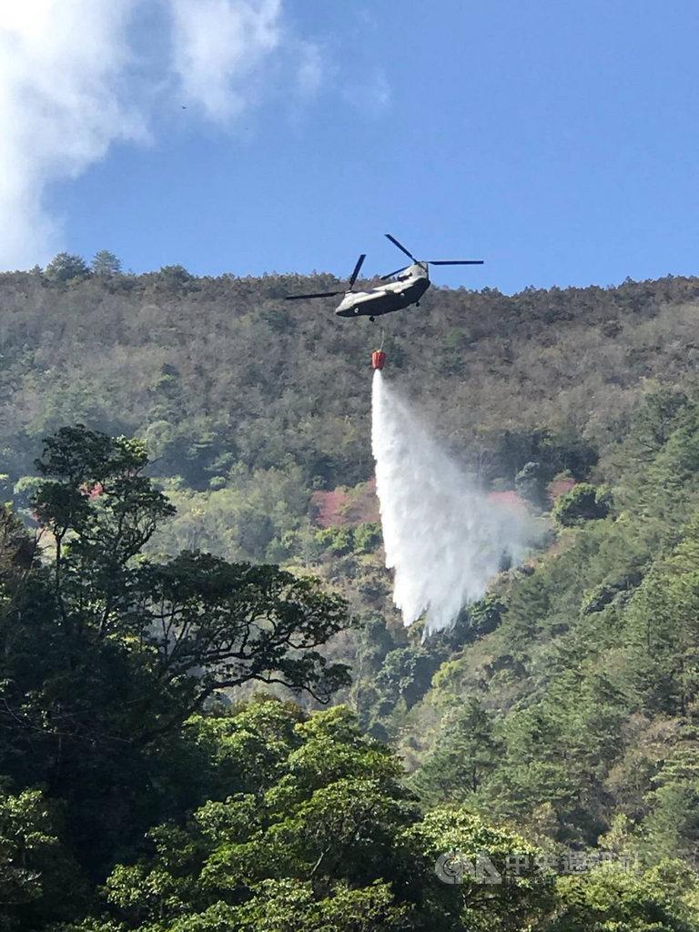 陸軍航空特戰指揮部20日派遣CH-47直升機執行梨山地區森林火災空中灑水滅火任務。(國防部提供)中央社記者王承中傳真 109年1月20日