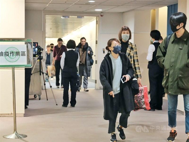 武漢肺炎疫情蔓延,台灣出現首例確診個案。圖為疾管署在空橋門口增設簡單檢疫站,針對武漢直飛台灣班機登機檢疫。(中央社檔案照片)