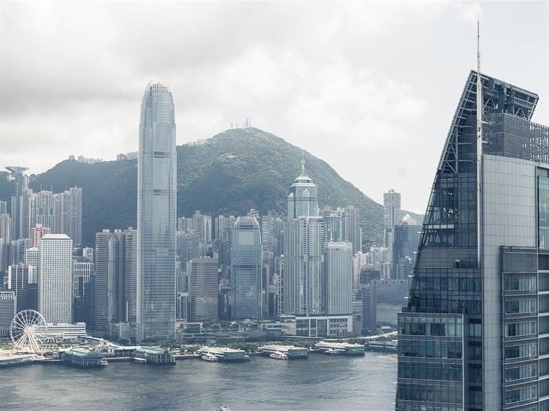 國際信評機構穆迪(Moody's)20日以香港機構的能力與治理「低於原先預估」為由,調降香港信用評等,由Aa2調降至Aa3。(示意圖/圖取自PAKUTASO圖庫)