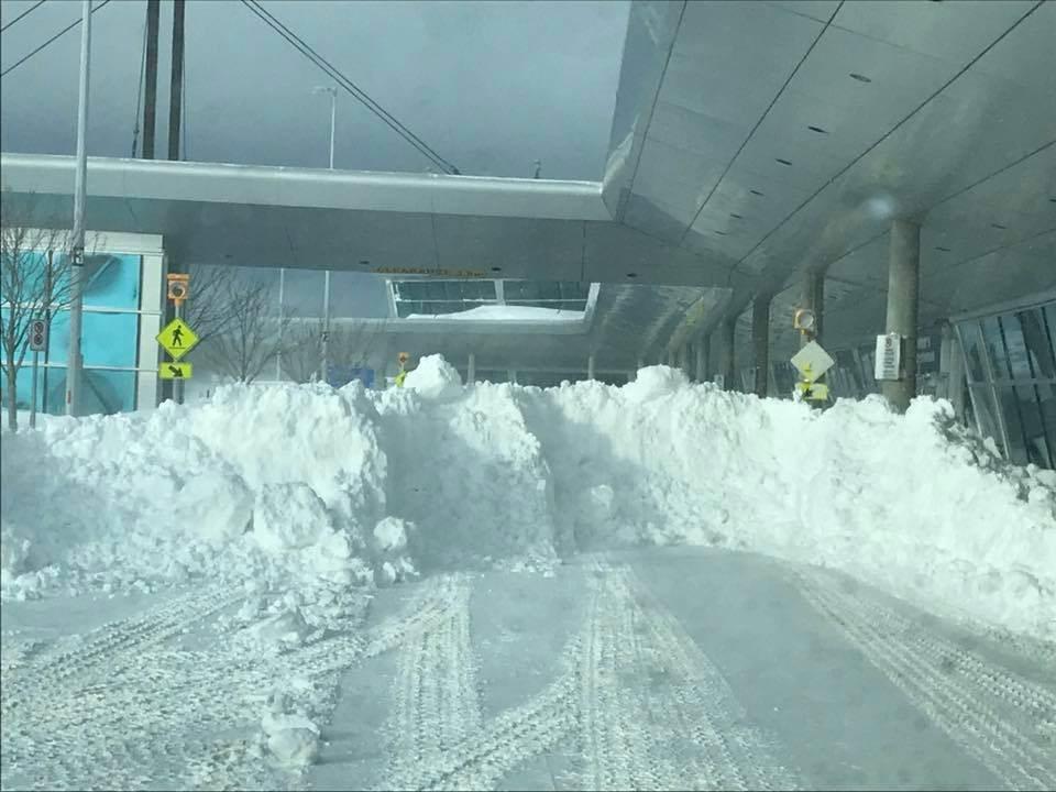 加拿大聖約翰國際機場17日記錄到76.2公分降雪,打破1999年4月5日創下的68.4公分單日降雪紀錄。(圖取自facebook.com/StJohnsInternationalAirport)
