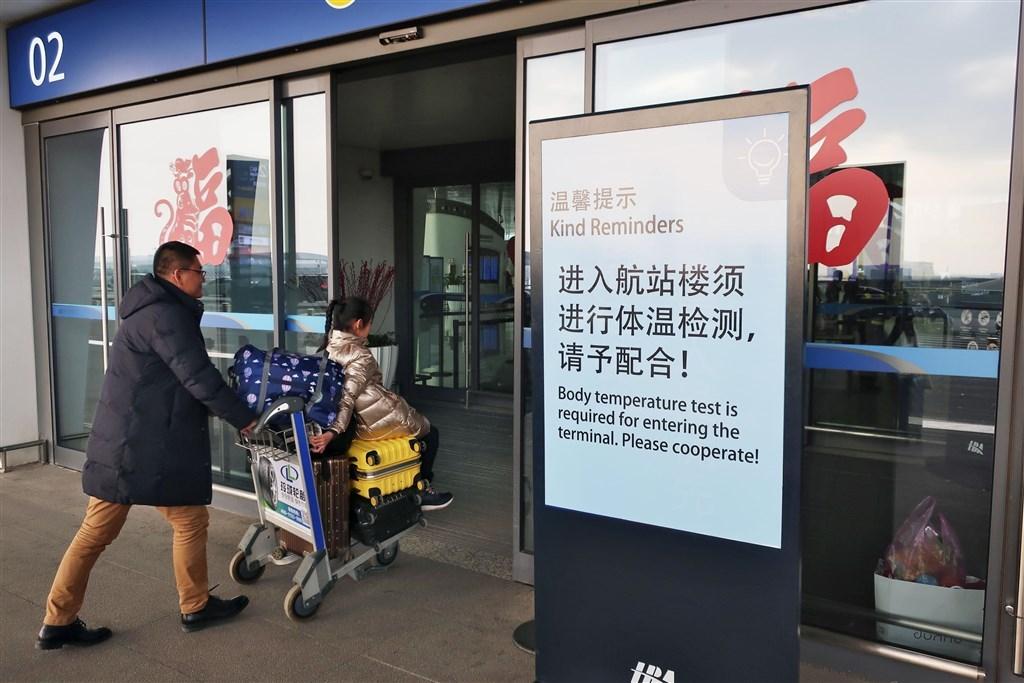 武漢不明肺炎病毒疫情毫無減緩跡象,中國衛生單位21日表示,武漢通報第4起死亡病例,死者是89歲男性,13日出現癥狀,5天後因呼吸困難送醫治療,並於19日喪生。圖為武漢國際機場看板提醒旅客配合體溫檢測。(檔案照片/共同社提供)