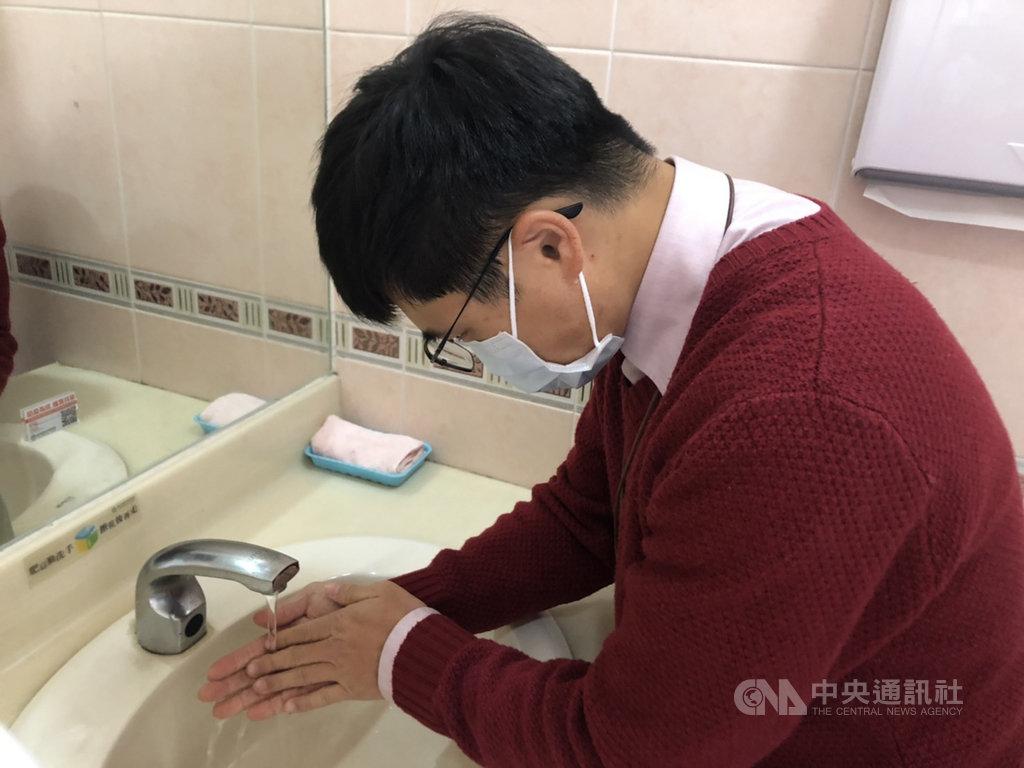 武漢肺炎感染源不明,專家提醒,到人多擁擠處可戴一般外科口罩防護,且務必勤洗手,未洗手不要摸臉、揉眼睛,以免接觸感染。中央社記者陳偉婷攝 109年1月21日