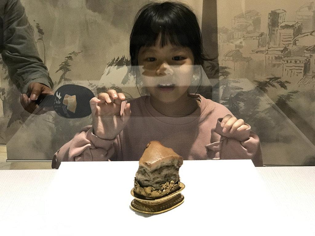 國立故宮博物院人氣展品「肉形石」21日起在彰化縣立美術館展出,首日即吸引不少民眾前往參觀。中央社記者吳哲豪彰化攝 109年1月21日