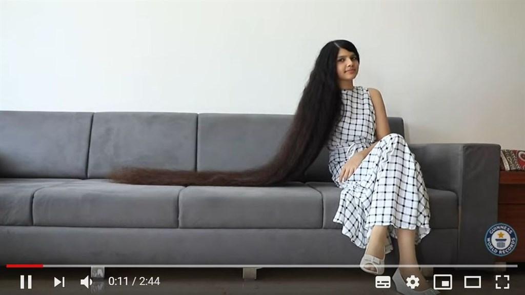 印度17歲女子巴特爾是全世界頭髮最長的青少年,擁有190公分秀髮,11年前她因為在美髮沙龍留下不好的經驗後,就再也沒剪過頭髮。(圖取自金氏世界紀錄YouTube頻道網頁youtube.com)
