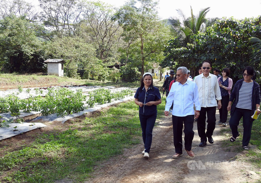 駐菲代表徐佩勇(前右1)等人21日前往菲律賓農業部的黎薩省農業研究試驗站考察,了解在試驗站內設立台灣農業推廣中心可行性。中央社記者陳妍君黎薩省攝  109年1月21日