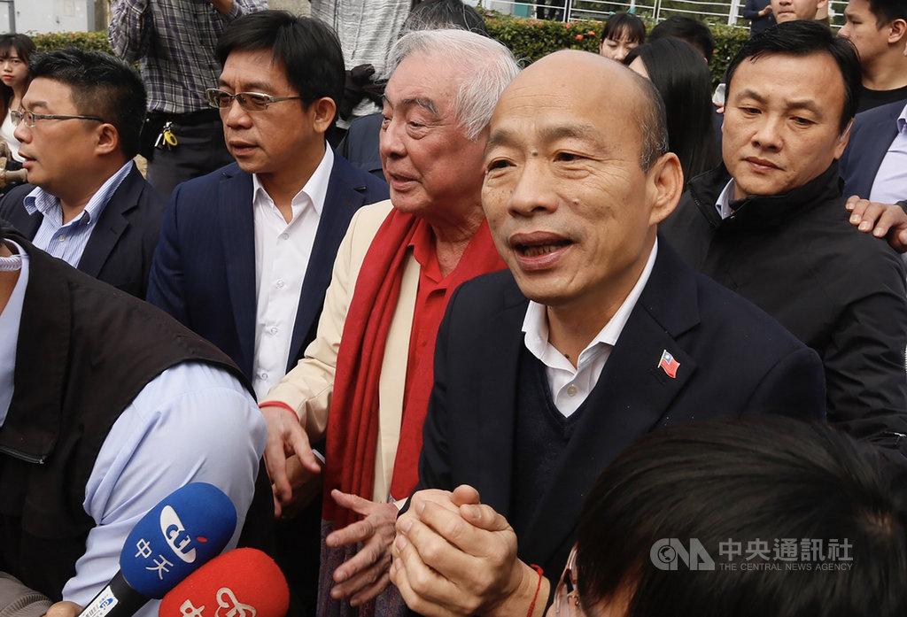 高雄市長韓國瑜(前右)21日出席公開活動時,面對媒體問及罷免危機與國民黨黨籍等相關議題時,僅簡單拱手致意,不發一語隨即離去。中央社記者董俊志攝 109年1月21日