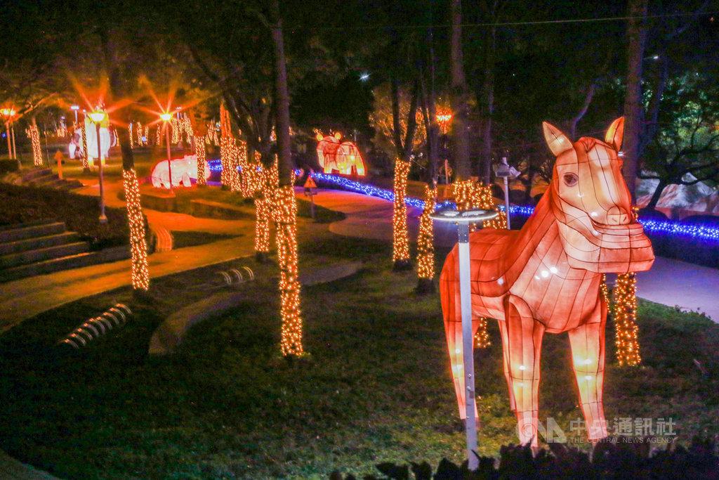 2020台灣燈會文心森林公園副展區已經開幕,設有節慶嘉年華、繽紛世界、生肖遊園地、熱帶叢林、國際明星會5大燈區,共52座燈組。(市府提供)中央社記者郝雪卿傳真 109年1月21日