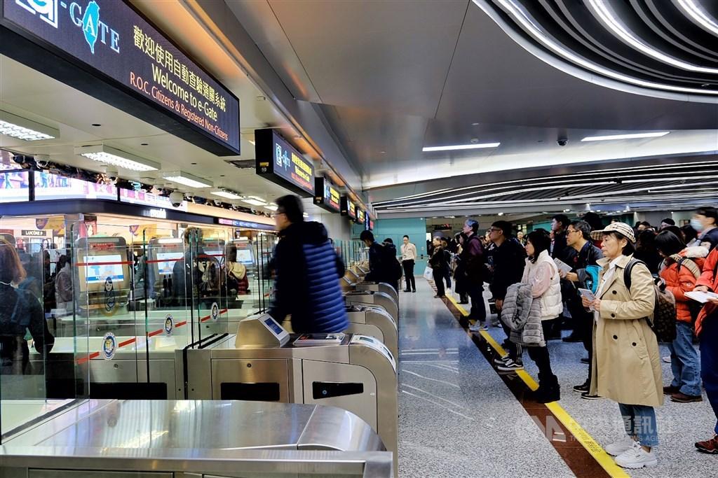 中國武漢肺炎疫情延燒,根據旅行社統計,約有一成的赴中國旅客詢問退團相關資訊。圖為桃園機場民眾出境通關情形。(示意圖/中央社檔案照片)