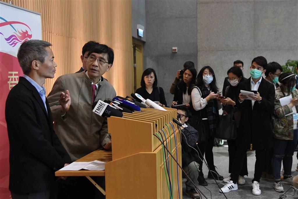 香港著名傳染病學家袁國勇(左2)21日表示,中國武漢肺炎已進入第三波個案,即在家庭和醫院散播。(中新社提供)