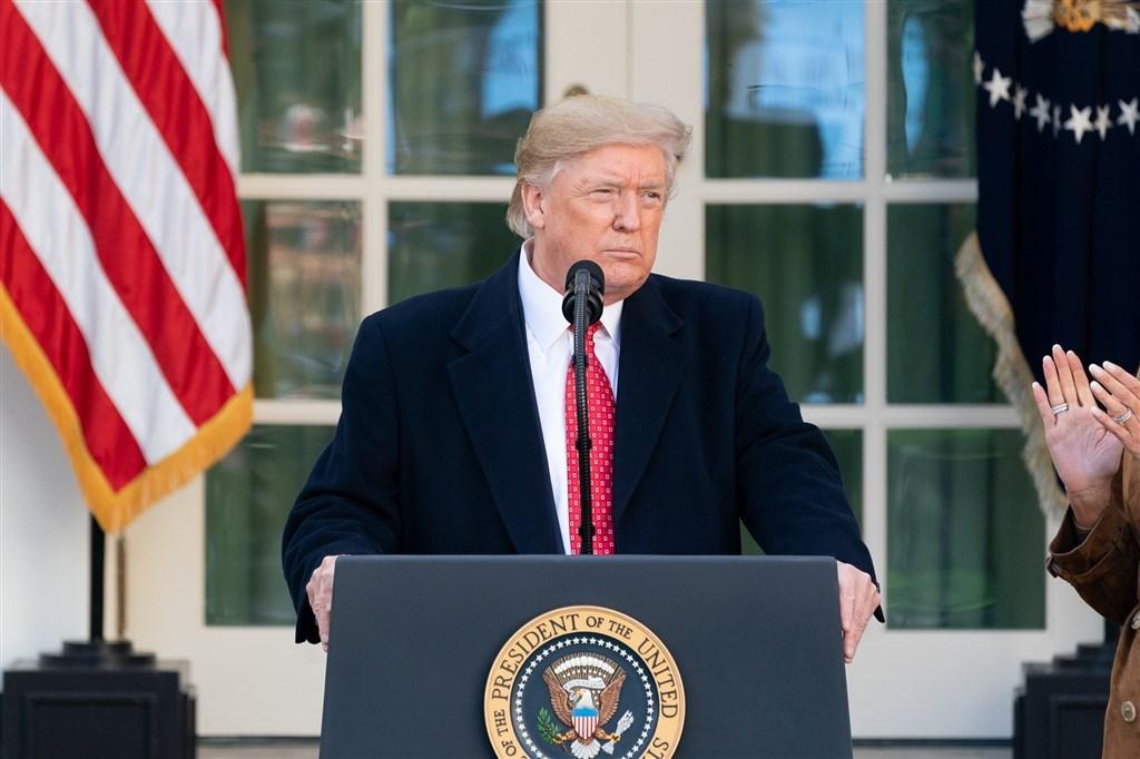 美國聯邦參議院針對總統川普(圖)的歷史性彈劾審理21日在火花四射的交鋒中正式展開。(圖取自facebook.com/WhiteHouse)