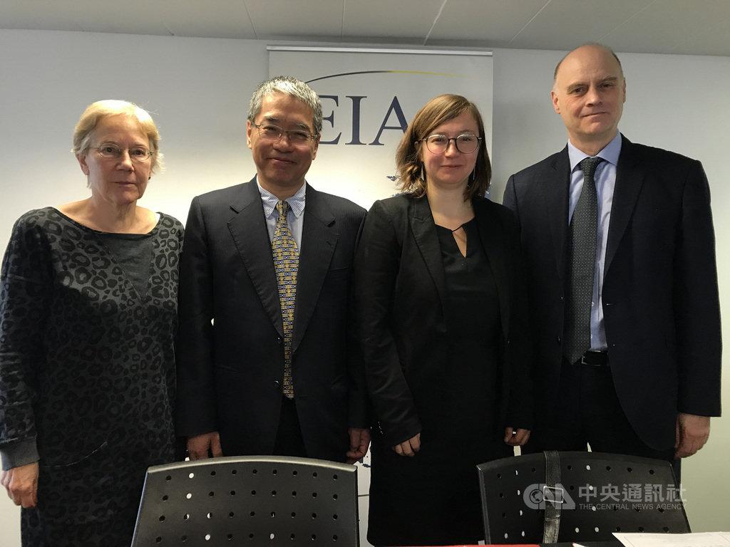 歐盟亞洲事務研究中心(EIAS)21日舉辦台灣大選座談會,英國學者胡克禮(右1)表示結果顯示中共對台政策失敗。其他出席者包括德國學術與政治基金會資深研究員瓦克爾(左1)及遠景基金會執行長賴怡忠(左2)。中央社記者唐佩君布魯塞爾攝 109年1月22日