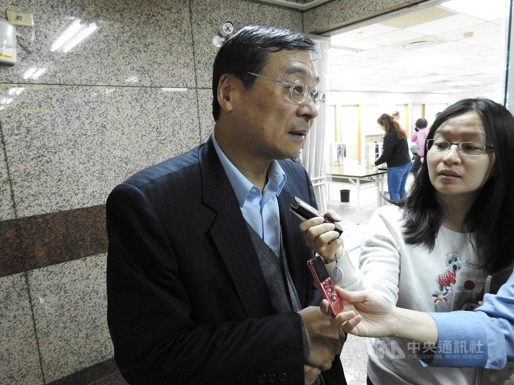 國民黨22日舉辦年終感謝便當餐會,國民黨代理秘書長曾銘宗(左)表示,期勉黨工堅守岡位。中央社記者王承中攝 109年1月22日