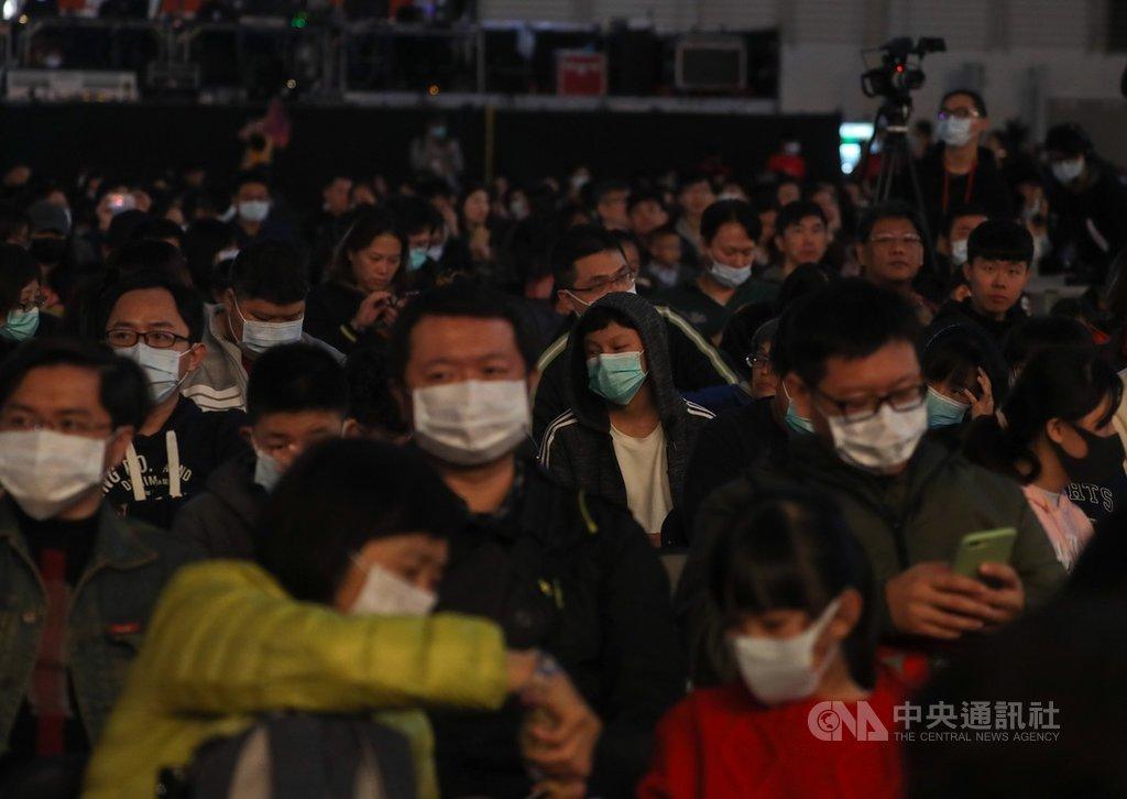 「2020鴻海愛心嘉年華」活動22日在南港展覽館舉行,因應中國大陸武漢肺炎疫情蔓延,鴻海集團也提高疫情防禦機制規格,出席員工在會場戴上口罩防疫。中央社記者裴禛攝 109年1月22日