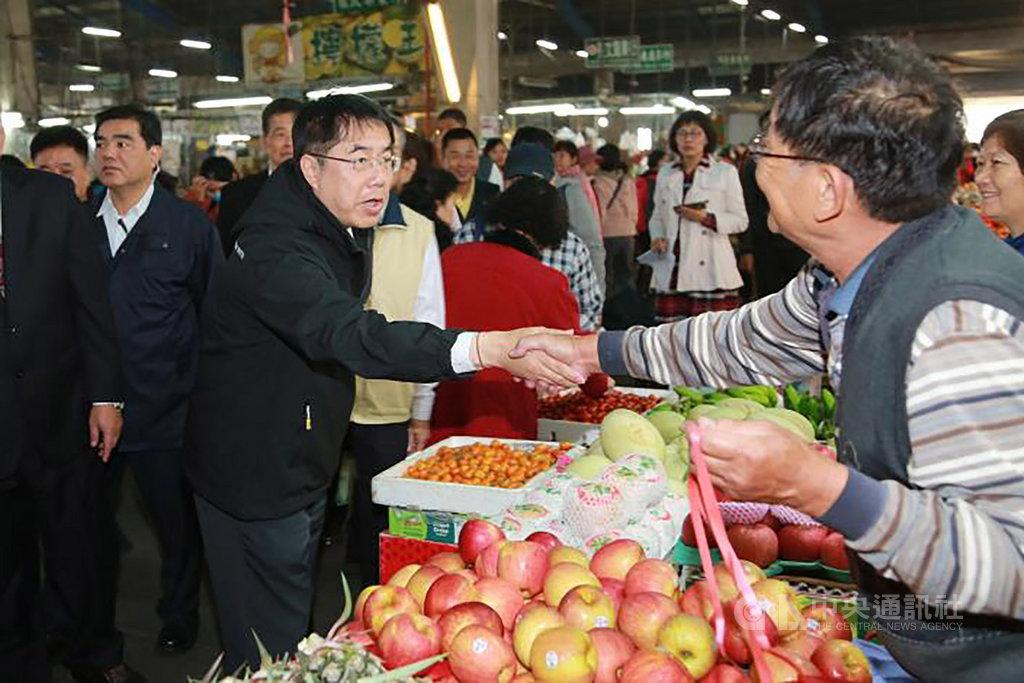 台南市長黃偉哲(前左)22日視察台南市綜合農產品批發市場,確認供貨充足,價格穩定。(台南市政府提供)中央社記者張榮祥台南傳真 109年1月22日