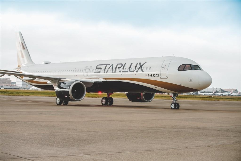 中國武漢肺炎疫情延燒,星宇航空宣布,23日起所有澳門返台航班,空服員將全面配戴口罩,以保障員工及旅客健康。(圖取自facebook.com/starluxairlines)