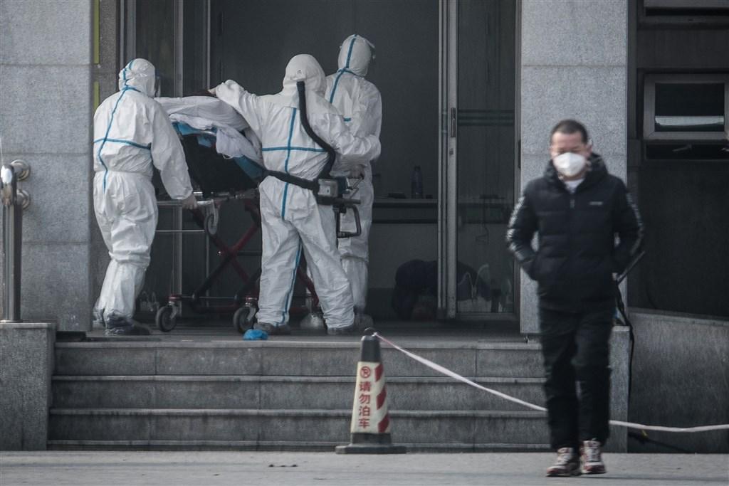 德國權威病毒學者德羅斯登21日表示,照目前跡象來看,武漢肺炎的疫情不會比SARS嚴重。圖為中國醫護人員將患者送入前往專門收治武漢肺炎的金銀潭醫院。(法新社提供)