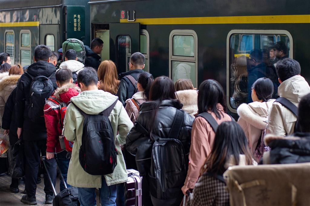 在2019新型冠狀病毒肺炎疫情連環爆的同時,被稱為「地球上最大規模的人口遷徙」的中國春運已在10日悄然開始。(中新社提供)