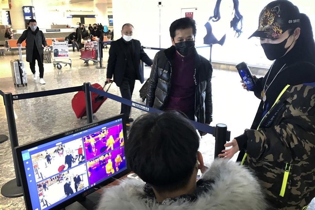 武漢已決定在23日關閉機場及火車站,WHO表示採取強力措施有助控制疫情。圖為武漢天河國際機場進行檢疫。(美聯社)