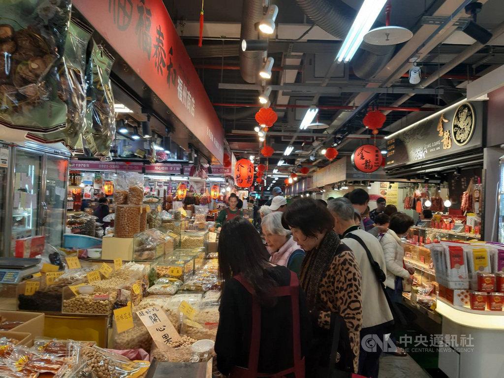 因捷運萬大線施工,南門市場暫時搬到杭州南路臨時中繼市場,農曆新年前買氣回升,採買人潮湧現。中央社記者潘智義攝 109年1月23日