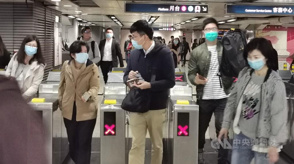香港衛生署早前公布了兩宗武漢新型冠狀病毒高度懷疑個案,官方香港電台報導,衛生署最終確診同為新型冠狀病毒。圖為近日許多港人開始戴上口罩,以作防範。中央社記者張謙香港攝 109年1月22日