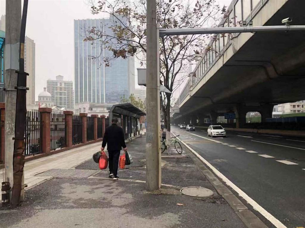 為防止疫情擴散,武漢官方23日凌晨宣布上午10時起「封城」,全市城市公車、地鐵、渡輪及長途客運全面停駛。(中新社提供)