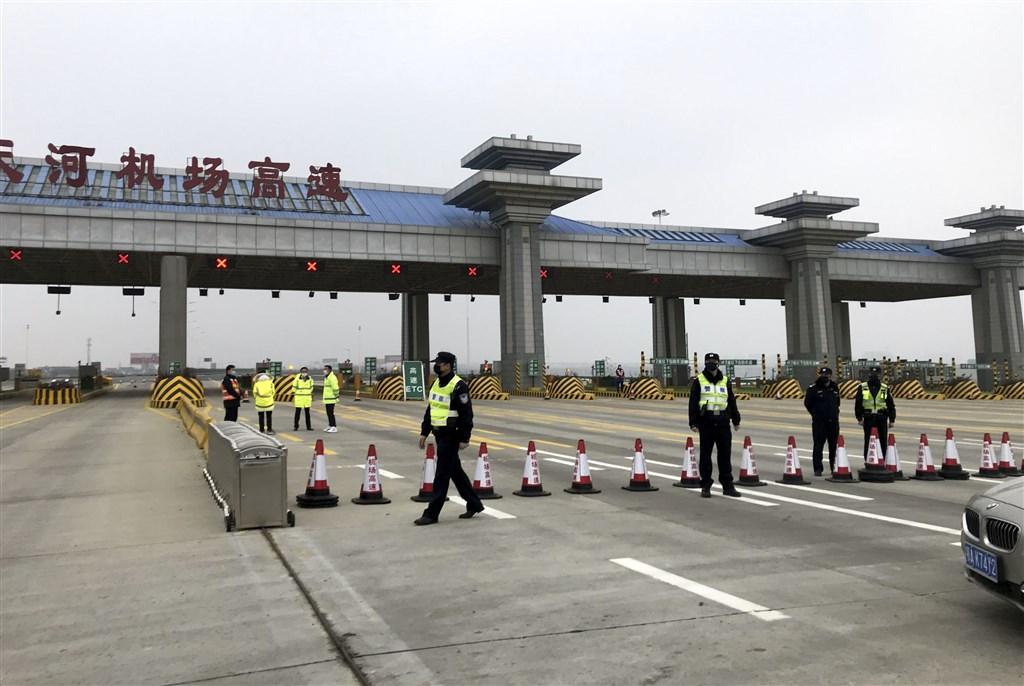 為防堵肺炎疫情蔓延,中國武漢市23日上午10時起公車、地鐵、輪渡、長途客運暫停營運,通往天河國際機場的高速公路也封閉。(中新社提供)