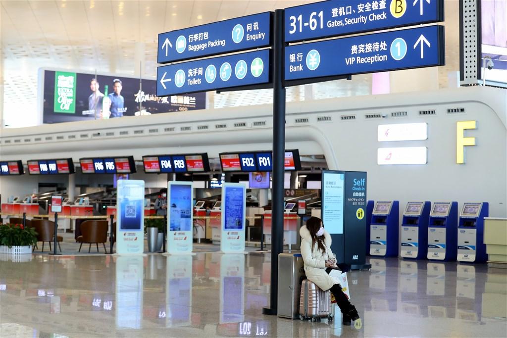武漢市疫情防控指揮部23日凌晨發出通告,宣布上午10時開始,市民無特殊原因不得離開武漢。圖為武漢天河機場旅客寥寥無幾。(中新社提供)