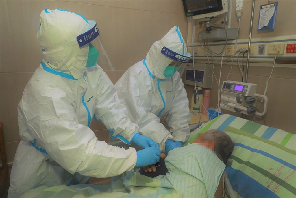 中國湖北官方23日凌晨宣布武漢肺炎防疫全面進入戰時狀態。圖為22日武漢大學中南醫院救治新型冠狀病毒感染的肺炎患者。(中新社提供)
