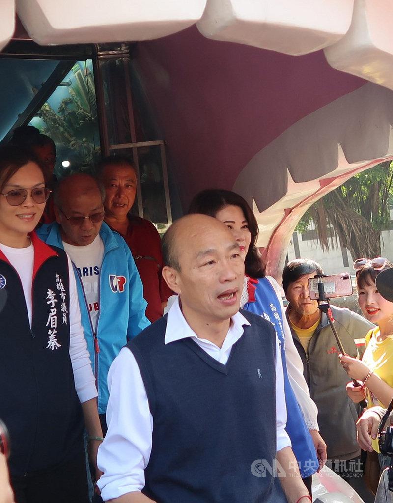 高雄市長韓國瑜(前)23日走訪蓮池潭風景區時表示,過年沒有出國計畫,會利用過年休息,把心靜下來,並陪長輩吃年夜飯。中央社記者王淑芬攝 109年1月23日