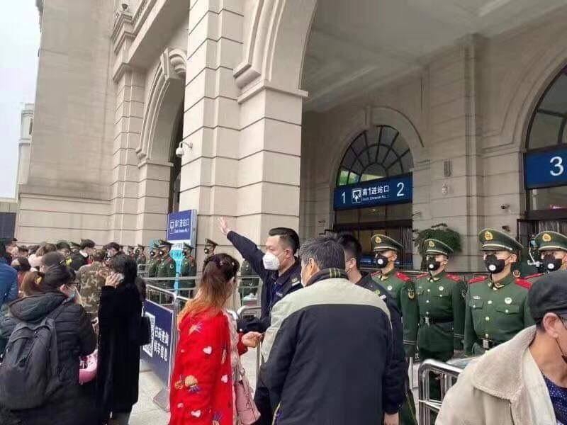 武漢漢口車站外23日上午有民眾欲進入搭車,但遭公安及便衣人員攔阻。武漢市當局23日凌晨宣布,市內地點及聯外鐵路、機場上午10時起暫停營運,民眾不得出城。(讀者提供)