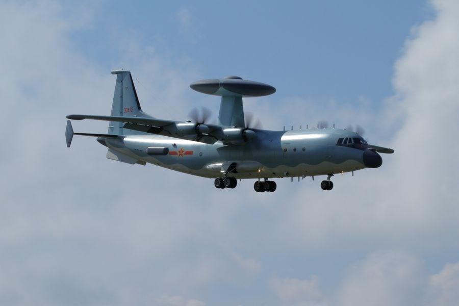 中共空警500(圖)、轟6等型機,上午由中國大陸南部陸續出海,飛經巴士海峽航向西太平洋。(圖取自維基共享資源,作者:Alert5,CC BY-SA 4.0)